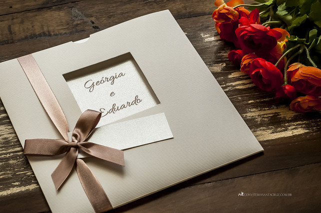 Convite de casamento com envelope janela para o nome dos noivos.