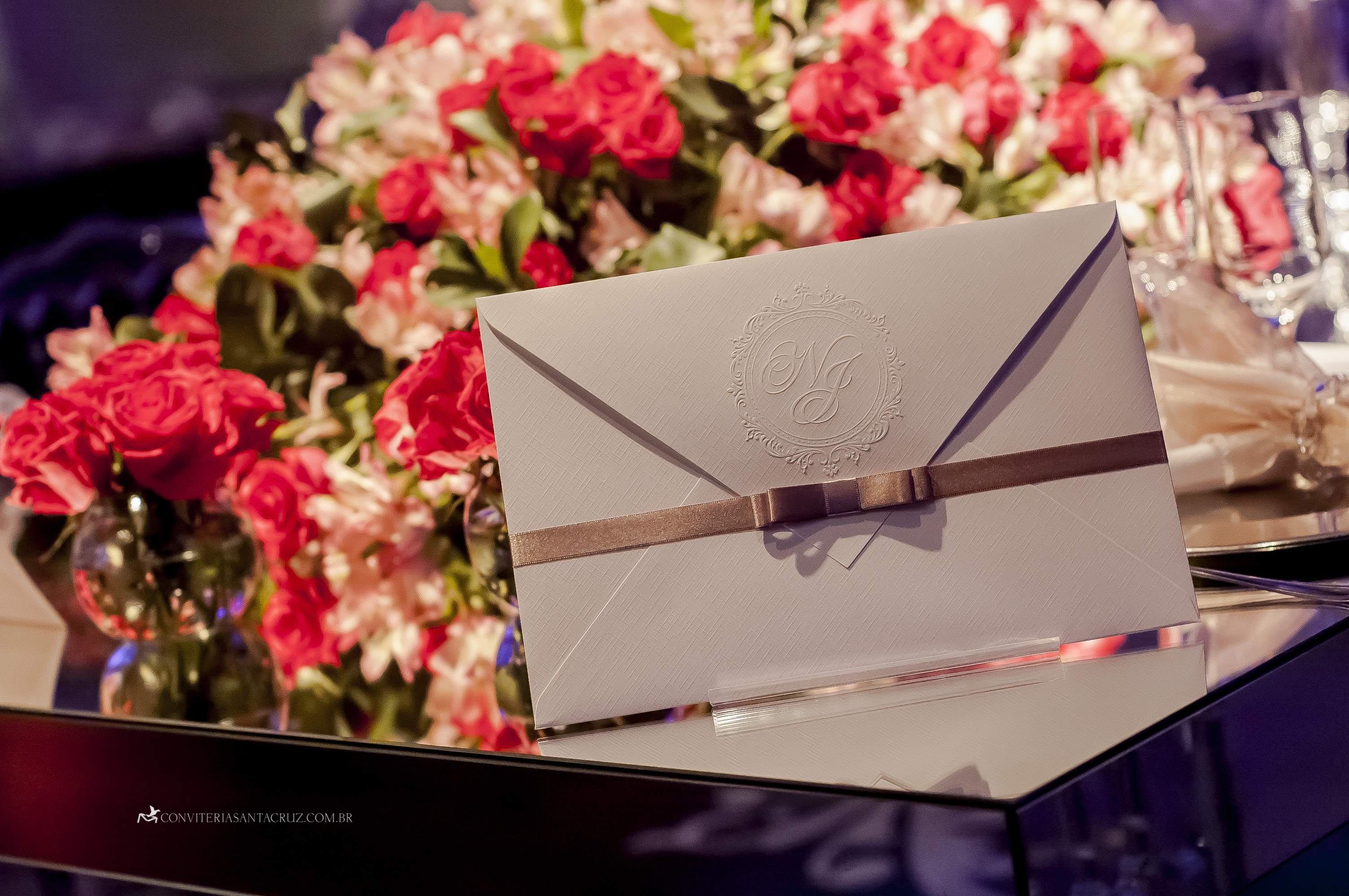 Convite de casamento com papel telado de alta gramatura e brasão exclusivo.