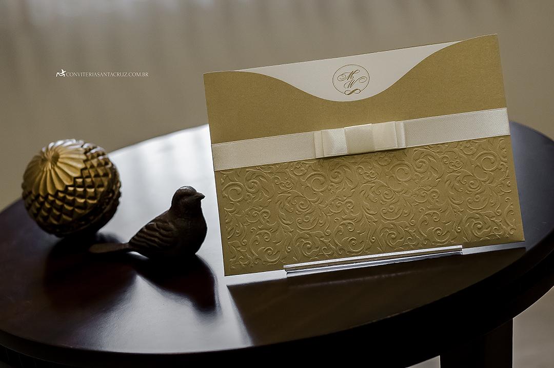 Convite de casamento: envelope luva com impressão de arabescos florais em relevo seco.