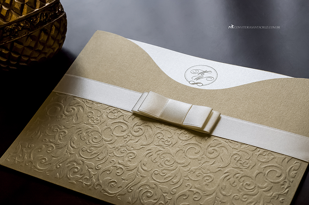 Convite de casamento com acabamento em laço Chanel e envelope com impressão em alto relevo.
