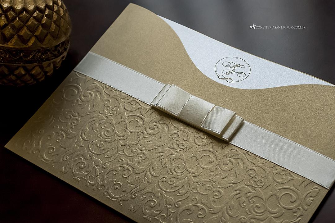 Convite de casamento: textura do relevo seco deixa o material fino e sofisticado.