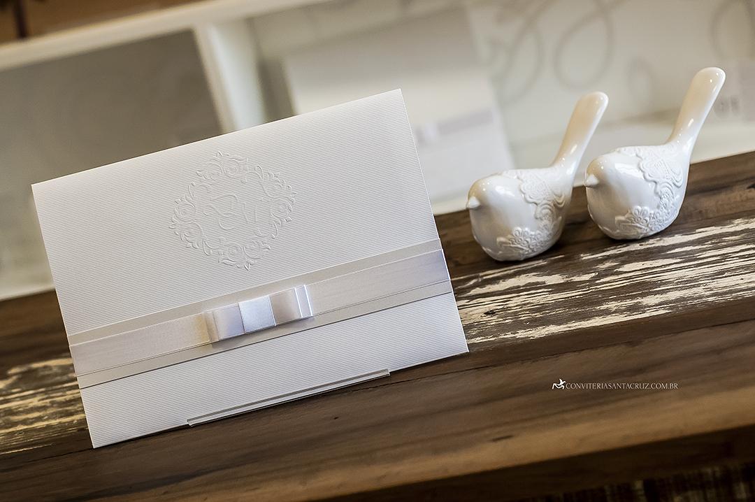 Convite de casamento branco com laço Chanel duplo.