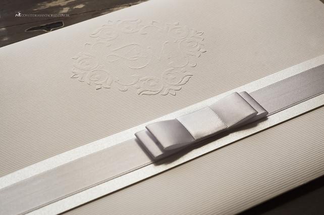 Convite de casamento: detalhe do brasão exclusivo e do laço Chanel duplo.