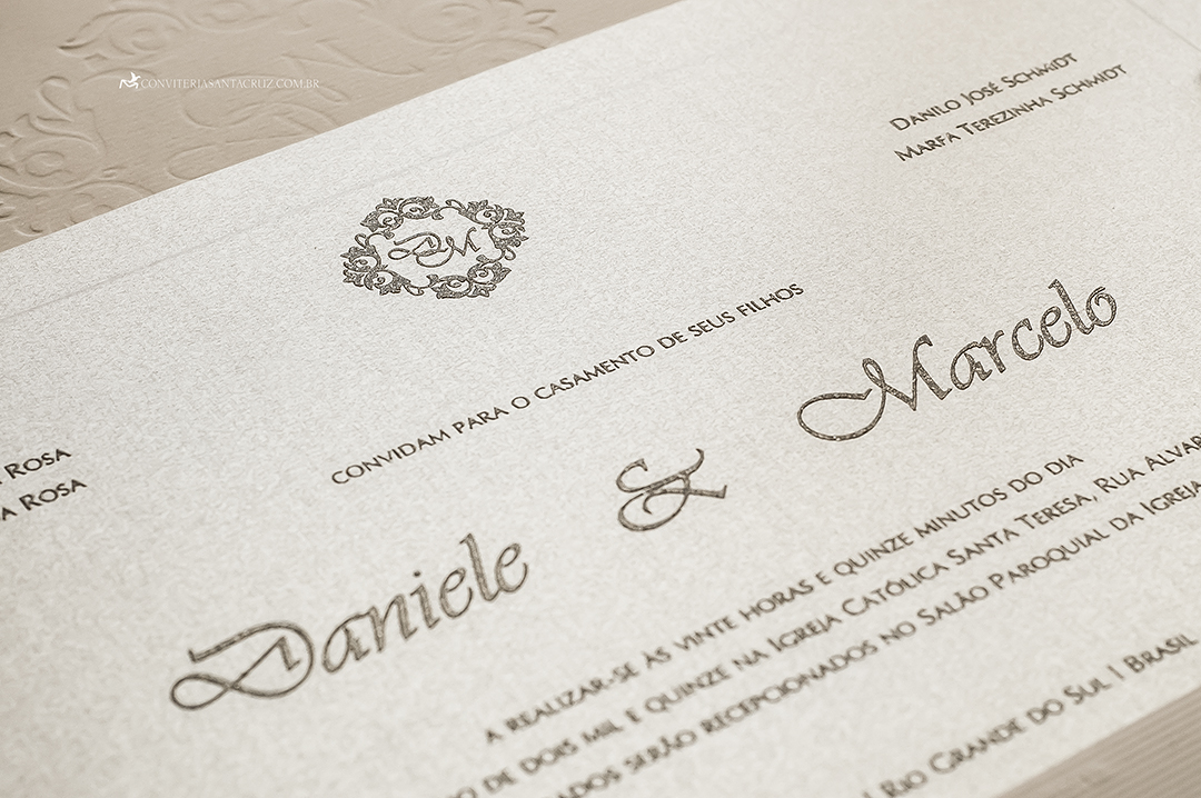 Convite de casamento: detalhe da impressão em relevo americano.