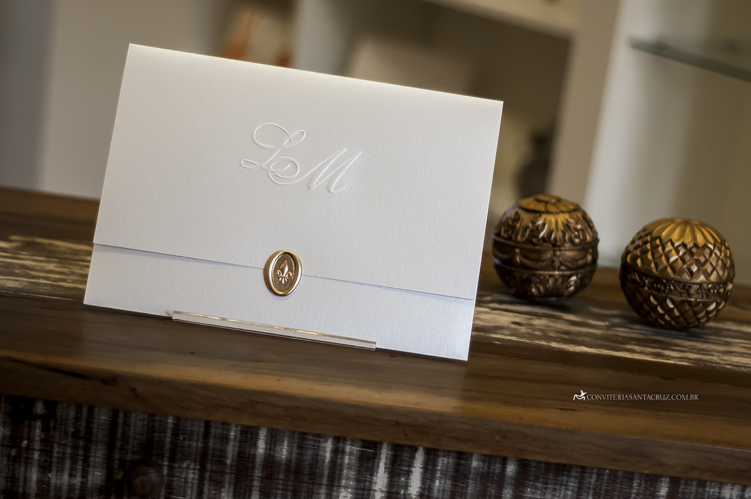 Convite de casamento elegante com lacre de cera dourado.