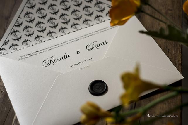 Lacre de cera preto e forro personalizado para um convite de casamento preto e branco.