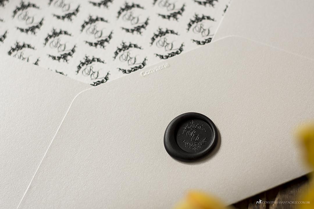 O lacre de cera e o forro foram personalizados com o brasão exclusivo dos noivos.