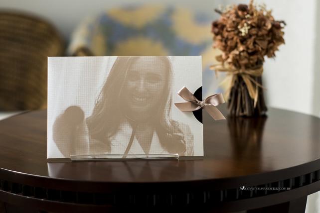 Convite de formatura com detalhes para homenagear os pais da formanda.