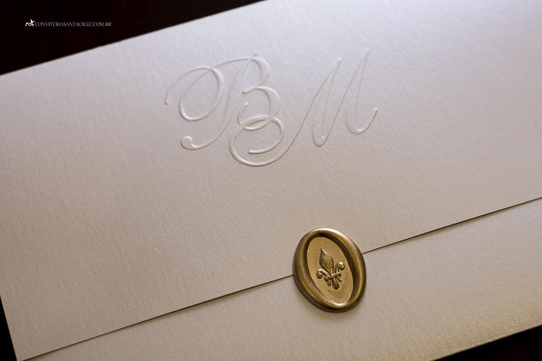 Convite de casamento prático e elegante com monograma e lacre de cera