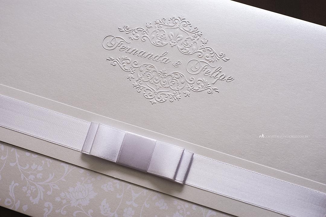 Convite de casamento clássico e elegante com lindos detalhes de acabamento.